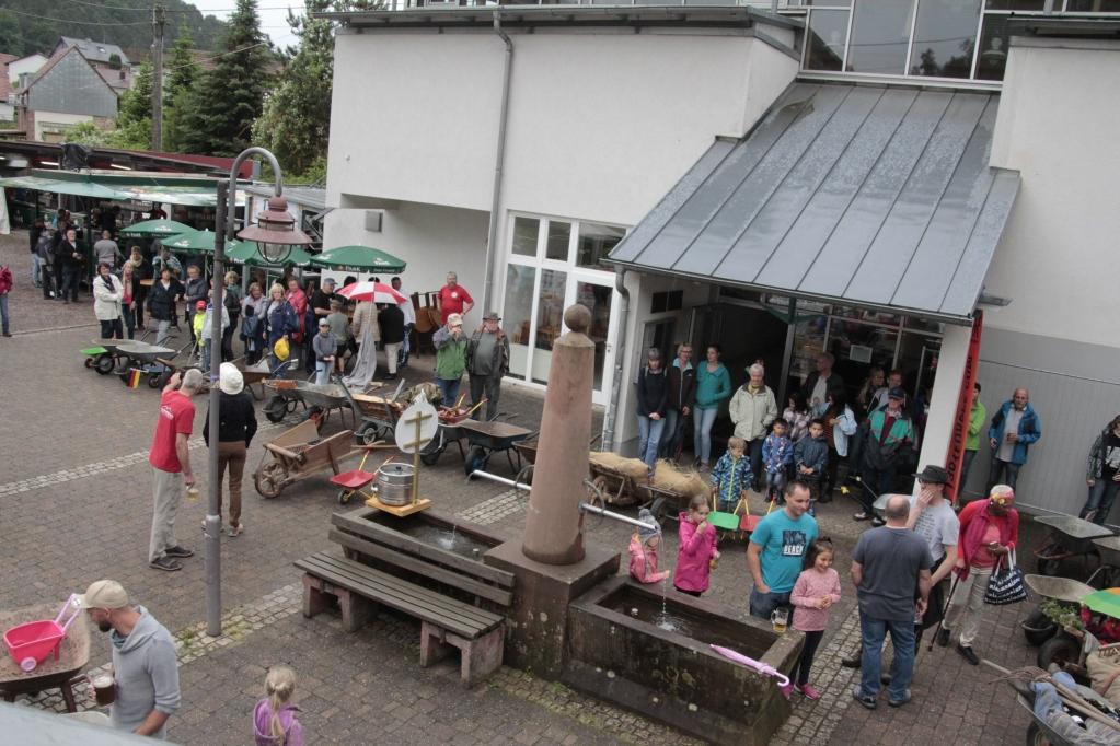 Die Schubkarren auf dem Dorfplatz